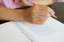 勉強する手